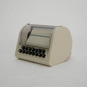 Zautomatyzowana książka telefoniczna z lat 70/80. Na klawiaturzewybieramy literę i system klapkowy przerzuca karty do danej litery. Karty nie zapisane. Mechanizm na baterie. Sprawny. Unikatowy gadżet.