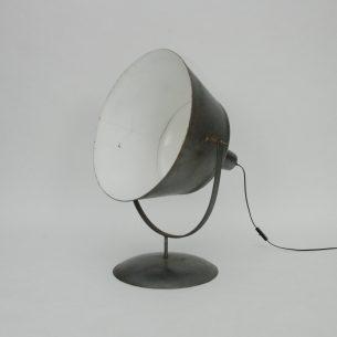 Metalowa lampa stylizowana na stare lampy przemysłowe. Produkt współczesny wykonany ręcznie. Na żarówkę E27.