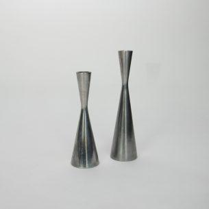 Para masywnych, aluminiowych świeczników.
