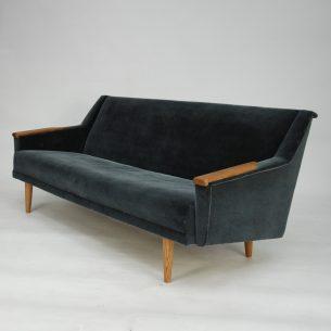 Trzy osobowa sofa do renowacji. Minimalistyczna forma lat 60-tych. Rama drewniana. Siedziska sprężynowane. Nogi i podłokietniki dębowe. Oryginalny produkt duński.