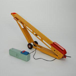 Zabawka kolekcjonerska z lat 70-tych. Taśmociąg napędzany elektryczn