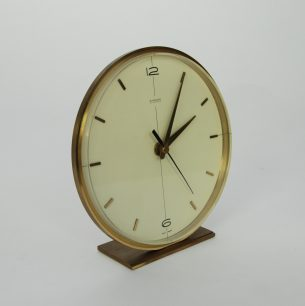 Piękny, minimalistyczny zegar z niemieckiej wytwórni Kienzel. Elegancka forma w mosiężnej oprawie. Mechanizm kwarcowy Junghans. Szkło akrylowe.