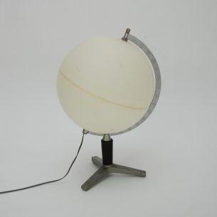 Globus z okresu PRL. Brak map. Przez ostanie lata pełnił role lampki nocnej. Można go obkleić, pomalować bądź opisać sentencjami.