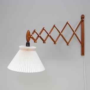 Duża, nożycowa lampa ścienna Sax z kultowej manufaktury Le Klint. Dizajn Erik Hansen. Drewno dębowe. Klosz plastikowy. Jest to rzadki, największy model z żarówką skierowaną w dół (lampka nocna do czytania).