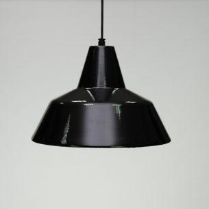 Metalowa lampa z wytwórni Louis Poulsen. Emaliowana. Kultowy projekt lat 50-tych autorstwa Arne Jacobsena.