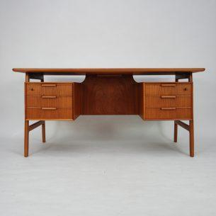 Wyjątkowe, majestatyczne biurko tekowe. Projekt Gunni Omann. Modernistyczna lekka forma lat 60-tych. Lity tek i fornir tekowy. Efektowne nogi. Drewniane szuflady. Barek. Drewno olejowane. Oryginalny produkt duński.