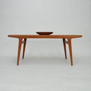 Unikatowy stolik kawowy z lat 60-tych. Kwintesencja duńskiego stolarstwa. Organiczna, minimalistyczna forma. Lite drewno tekowe. Blat fornirowany naturalnym tekiem.