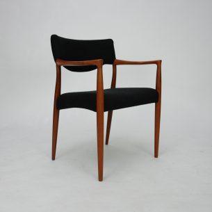 Wytworne krzesło tekowe. Projekt E.Larsen & A.B. Madsen.  Mebel piękny w detalach. Gładkie przejścia i minimalizm.  Obszerne, wygodne siedzisko.  Stabilna konstrukcja. Drewno tekowe, olejowane. Poszycie z wełny meblowej.