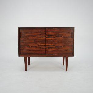 Piękne, subtelna komódka w palisandrze. Minimalistyczna forma lat 60-tych. Trzy półki które można dowolnie ustawiać, w pionie albo w poziomie.