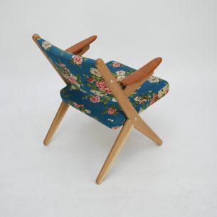 Modernistyczna forma lat 60-tych. Drewno dębowe olejowane. Podłokietniki z litego teku. Projekt Arne Hovmand-Olsen dla Randers Møbelfabrik. Produkt duński.