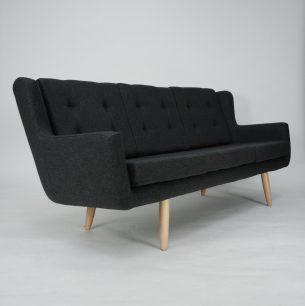 Efektowna sofa z lat 70/80-tych. Bardzo ciekawa forma. Poszycie z wełny meblowej. Dwustronnie obszyte poduszki  dają możliwość odwrócenia w przypadku poplamienia. Nogi jesionowe.