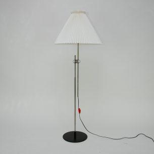 Minimalistyczna lampa z wytwórni Le Klint. Oryginalny abażur oraz metalowa sztyca. Produkt duński.