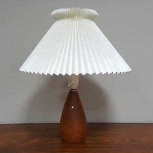 Piękna lampa z podstawą z masywu tekowego zdobionego mosiądzem. Abażur z wytwórni Le Klint. Oryginalny produkt duński.