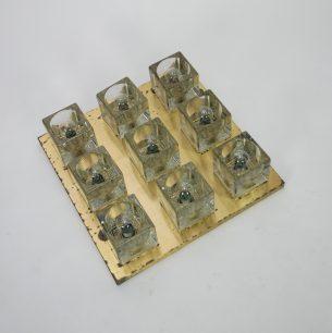 Ciężkie, szklane klosze na metalowej oprawie w kolorze złota.