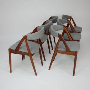 Set czterech krzeseł autorstwa Kai Kristiansen'a. Przyjmujemy rezerwacje na ten komplet. Posiadane egzemplarze poddane zostaną kompleksowej renowacji. Przyszły nabywca ma możliwość wybory tkaniny (rodzaju jaki koloru).  Zdjęcie poglądowe.