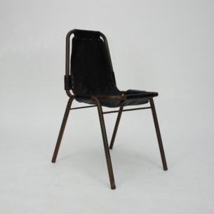 Krzesło inspirowane projektem CHARLOTTE PERRIAND. Metalowy staż. Imitacja skóry na płótnie. Do siedzenia wymagana dodatkowa poduszka. Bez siadamy na metalowej ramie co jest bardzo nie wygodne. Produkt współczesny, replika.
