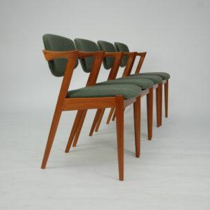 Set czterech krzeseł autorstwa KAI KRISTIANSENa. Model #42. Wybitny projekt lat 60-tych. Drewno tekowe. Wygodne siedziska na pasach. Ruchome oparcie, które dopasowuje się do pozycji użytkownika.
