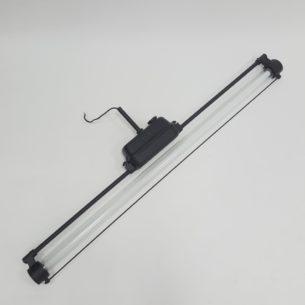Wyjątkowa, fabryczna lampa. Świetlówka w szklanej tubie. Przedmiot oryginalny, z epoki. Odlew stalowy.