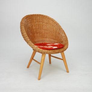 Unikatowy fotel wiklinowy. Wyraźne nawiązanie do lat 60-tych. Nogi bukowe. Produkt lat 70/80.