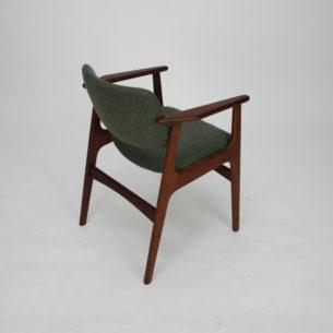 Krzesło z drewna afromozji (tek afrykański). Bardzo wygodne podparcie. Obszerne, wygodne siedzisko na pasach. Poszycie z wełny meblowej. Bardzo solidna i stabilna konstrukcja. Drewno olejowane. Oryginalny produkt duński lat 60/70.
