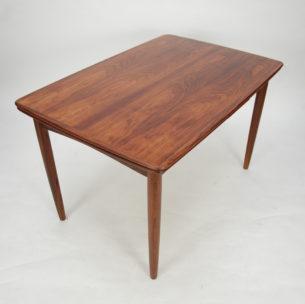 Klasyczny, skandynawski stół palisandrowy. Rozkładany. Prosta, minimalistyczna forma. Masyw i fornir palisandra, olejowany. Dwie kombinacje rozłożenia. Produkt lat 60/70-tych.