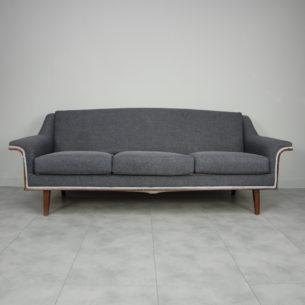 Trzyosobowa sofa. Minimalistyczna forma lat 60-tych. Rama drewniana. Siedziska i oparcie na spreżynach. Nogi bukowe. Produkt szwedzki.