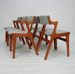 Set sześciu krzeseł z masywu teku. Manufaktura NOVA. Efektowna linia z funkcjonalnymi podłokietnikami. Piękna, modernistyczna forma lat 60-tych. Produkt duński, sygnowany.