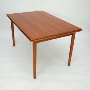 Klasyczny, duński stół tekowy. Rozkładany. Prosta, minimalistyczna forma. Blaty z litymi doklejkami z teczyny oraz fornir tekowy, olejowany. Nogi z barwionego dębu. Dwie kombinacje rozłożenia. Produkt duński lat 60-tych.