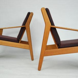Para pięknych foteli autorstwa Poula M. Volther'a. Projektant tworzył zHansem Wegnerem iBørge Mogensen'em dla manufaktury FDP.Styl Voltera był wyraźnie oparty na skandynawskim funkcjonalizmie. Fotele wykonane są z dębu. Poszycie wełniane w kolorze śliwkowym. Oryginalny produkt duński lat 60/70. Sygnowany.
