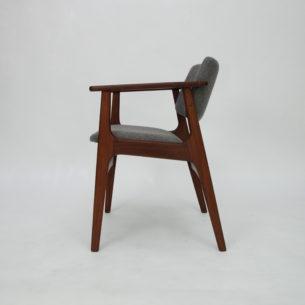 Krzesło z drewna afromozji (tek afrykański). Bardzo wygodne podparcie. Obszerne, wygodne siedzisko na pasach. Poszycie z wełny meblowej. Bardzo solidna i stabilna konstrukcja. Drewno olejowane. Oryginalny produkt duński lat 60/70