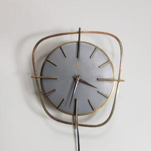 Zegar ścienny z mosiądzu zasilany napięciem 220 v. Produkt lat 60-tych. Manufaktura Adelco Electrique.