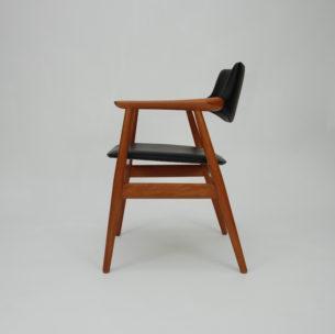 Typowa modernistyczna forma. Gładkie przejścia i minimalizm. Stabilna tekowa konstrukcja.Obicie z wełny. Drewno olejowane. Sygnatura z duńską kontrolą jakości. Duński produkt lat 70-tych.