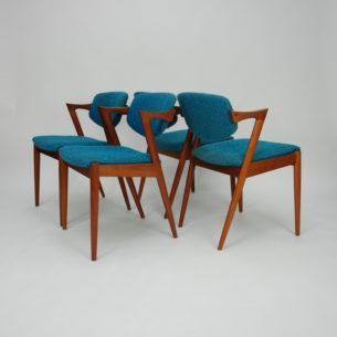Set czterech krzeseł autorstwa KAI KRISTIANSENa. Model #42. Wybitnyprojekt lat 60-tych. Drewno tekowe. Wygodne siedziska na pasach. Ruchome oparcie, które dopasowuje się do pozycji użytkownika.