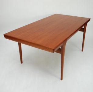 Unikatowy stół z wytwórni Faarup. Model FA32. Projekt Jørgen Linde. Wkrótce w sprzedaży. W sprawie szczegółów prosimy o kontakt mailowy bądź telefoniczny.