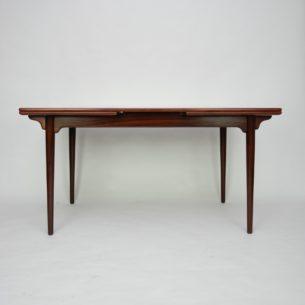 Stół autorstwa GUNNI OMANNa. Manufaktura Oman Jun's Møbelfabrik. Ciekawa modernistyczna forma w szlachetnym drewnie. Wysoki Standard wykończenia. Produkt duński lat 60-tych.