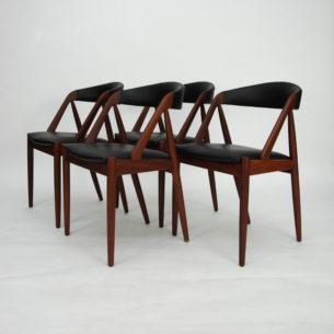Set krzeseł #31 autorstwa KAI KRISTIANSENa; manufaktura SCHOU ANDERSEN. Lata 60-te. Piękna, ergonomiczna forma. Konstrukcja z olejowanego masywu tekowego. Siedziska na pasach. Tapicerka w skórze naturalnej. Oryginalny produkt duński.