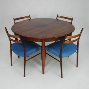 Piękny, minimalistyczny stół w palisandrze. Wytwórnia Skovby. Fornir tekowy. Obrzeża i nogi z litego palisandru. Trzy dodatkowe wkładki. Maksymalna długość po rozłożeniu 271,5 cm. Oryginalny produkt duński lat 60/70.