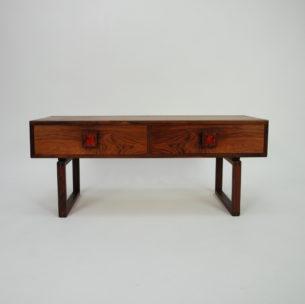 Subtelna niska komoda. Projekt prawdopodobnie Kai Kristiansena. Lite, palisandrowe nogi. Naturalny fornir palisandru. Drewno olejowane. Produkt duński lat 60/70.
