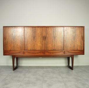 Wytworna, palisandrowa komoda. Wybitna forma lat 60/70-tych. Projekt Kurt Ostervig. Bogate, misterne wykończenie. Absolutna dbałość o detale. Drewniane szuflady (trzy wyściełane suknem). Drewno olejowane. Oryginalny produkt duński.