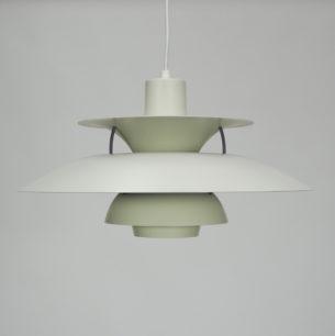 Kultowa lampa PH5. Projekt ikony duńskiego wzornictwa, POULa HENNIGSENa. Produkcja współczesna z regulowaną oprawką której wysokość dostosowujemy do długości zastosowanej żarówki. Brudna biel.