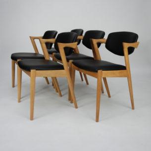 Krzesła autorstwa KAI KRISTIANSENa. Model #42. Wybitnyprojekt lat 60-tych. Drewno dębowe. Wygodne siedziska na pasach. Ruchome oparcie, które dopasowuje się do pozycji użytkownika.