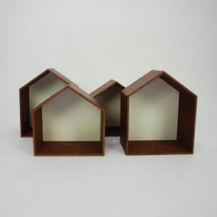 Ciekawe półki w formie domków. Sklejka liściasta, barwiona i olejowana. Produkt współczesny.