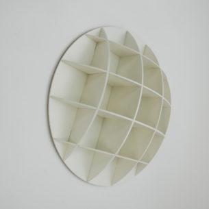 Półka sienna na bazie kuli. Płyta MDF lakierowana. Produkt duński. Lata współczesne.