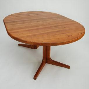 Rozkładany stół z pięknego litego teku. Blaty dodatkowe są fornirowane okleiną tekową z litymi bokami. Stół Bardzo solidny. Drewno olejowane. Duński produkt lat 70/80.