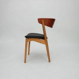 Krzesło z wytwórni Sibast. Model no 7. Ceniony projekt z 1953 roku autorstwa Helge Sibast. Drewno dębu i oparcie fornirowane tekiem.