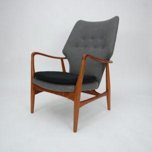 Majestatyczny i efektowny duński fotel z podnóżkiem. Wybitny projekt lat 60-tych autorstwa Ib Madsen and Acton Schubell. Piękne organiczne kształty. Lity tek, olejowany. Tapicerka z wełny meblowej.