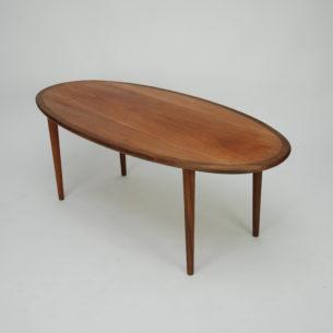 Duński stolik kawowy. Drewno tekowe. Blat fornirowany. Obrzeża i nogi lite.