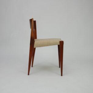 Set tekowych krzeseł PIA z wytwórni Cado. Projekt Poula Cadoviusa. Na uwagę zasługują bardzo ciekawa geometryczna, ostre kształty. Siedzisko tapicerowane, na pasach. Bardzo rzadka pozycja w Polsce.