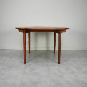 Stół rozkładany. Bardzo solidna konstrukcja. Całość lity dąb. Drewno barwione. Ładny, mosiężny śrubunek. Produkt duński lat 70-tych.