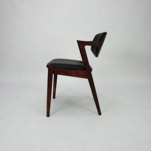 Krzesło autorstwa KAI KRISTIANSENa. Model #42. Wybitnyprojekt lat 60-tych. Drewno palisandru. Wygodne siedziska na pasach. Ruchome oparcie, które dopasowuje się do pozycji użytkownika.
